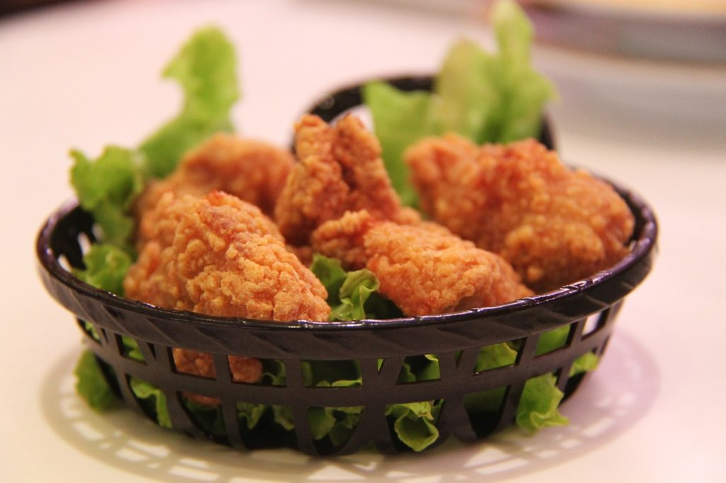 muslos de pollo encebollados al cafe